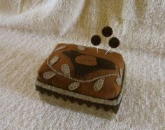 Primitive Folk Art Wool Box Pincushion Bird+Vine Applique Pinkeep+Pins USAPRIM