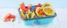 Hvorfor ikke lage omeletten i muffinsformer? Enkelt og godt å ha i matpakken sammen med oppkuttede staver av forskjellige grønnsaker.