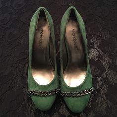 "Shoe Dazzle ""Darlynn"" Kelly Green/Navy Blue Pump Shoe Dazzle ""Darlynn"" Kelly Green/Navy Blue Pump with Gun Metal Chain Detail. Never Worn. Size 8. Shoe Dazzle Shoes Heels"