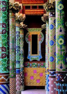 Mozaik fedett oszlopok a Palau de la Musica Catalana, Barcelona, Spanyolország.