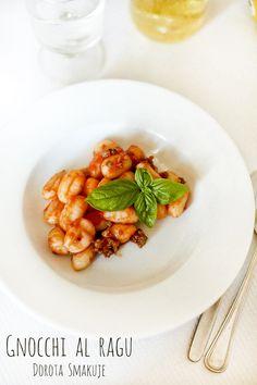 Gnocchi to włoski odpowiednik naszych polskich kopytek. Kluski gnocchi po bolońsku to mocno spolszczona na nasze potrzeby nazwa dania włoskiego które brzmi gnocchi al ragu (al ragu – z sosem mięsnym), mam wrażenie że sos boloński jest już identyfikowany u nas jako sos pomidorowy z mięsem mielonym 🙂 W każdym razie to danie jest przepyszne, tanie, sycące i poprawiające humor 🙂 Bardzo lubią je też dzieci.     Składniki: kluski: 1 kg ugotowanych ziemniaków ok 250g mąki – oryginalnie włos Gnocchi, Chana Masala, Baby Food Recipes, Risotto, Ethnic Recipes, Cuba, Bulgur, Recipes For Baby Food