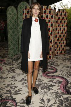 Alexa Chung en robe blanche Gucci et cape noire