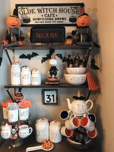 Halloween is a moment where the witch's pumpkin decorations and hats appear in many places. October is nearing the end so Halloween is coming soon. What decorations did you prepare for the Halloween moment at … Diy Halloween, Recetas Halloween, Theme Halloween, Halloween Home Decor, Halloween House, Fall Home Decor, Holidays Halloween, Halloween Cupcakes, Vintage Halloween