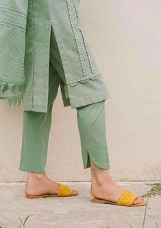 Simple Pakistani Dresses, Pakistani Fashion Casual, Pakistani Dress Design, Pakistani Outfits, Muslim Fashion, Stylish Dresses For Girls, Stylish Dress Designs, Stylish Kurtis Design, Girls Fashion Clothes