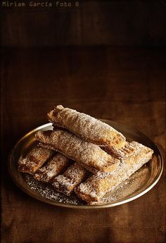 Casadielles or casadiellas (Walnut & Hazelnut Pastries) is one of the most typical and tasty desserts of Asturias (Spain) especially at Carnival time. Spanish Desserts, Spanish Dishes, Mini Desserts, Sweet Desserts, Sweet Recipes, Candy Cakes, Pan Dulce, Latin Food, Empanadas