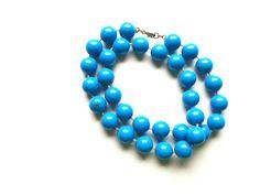 Halskette Modische Halskette 65 cm mit Ringverschluss blau große Kunststoffperlen keine Handarbeit,Original-Schmuck 60-ziger Art.-Nr.: RHK1009 Da es sich nicht um neue Ware (Antiquitäten) handelt, gibt es das Produkt in der Regel nur als Einzelstück.