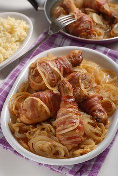 Chrumkavé a šťavnaté: Pečené kuracie stehná so slaninou a s cibuľou