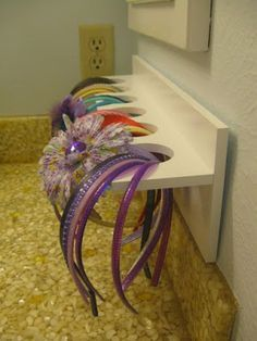 A little craft store rack will hold hair accessories for a little girl's bathroom. 51 Game-Changing Storage Solutions That Will Expand Your Horizons Little Girl Bathrooms, Little Girl Rooms, Little Girls, Little Girl Hair, Girl Bathroom Ideas, Little Girl Crafts, Kid Hair, Diy Deco Rangement, Headband Storage