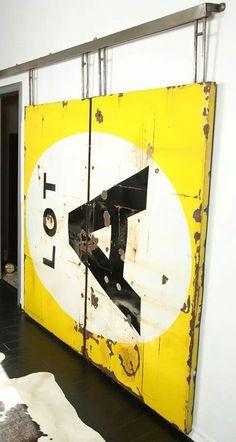 Puerta realizada con un cartel vintage