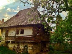 Casa taraneasca judetul Valcea (1024x768) Romania, Cabin, House Styles, City, Home Decor, Decoration Home, Room Decor, Cities, Cottage