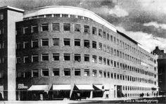 Anva og FDB. A N V A. Anva var en del af Fællesforeningen for Danmarks Brugsforeninger, FDB. Anva var et eksklusivt varehus beliggende på Islands Brygge i 3 etager, på hjørnet af Thorshavnsgade og Njalsgade, senere flyttet til Scalabygningen på Axeltorv. Beliggenheden var uheldig for omsætningen, selv om Sporvognen linie 4 kørte til døren, med endestation for enden af Isafjordsgade, med drejeskive for motorvognen for returkørsel.. #Islandsbrygge #Bryggen #Anva #FDB