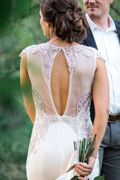 The hair and the wedding dress are so perfect! Photo: Lahna Marie Photography