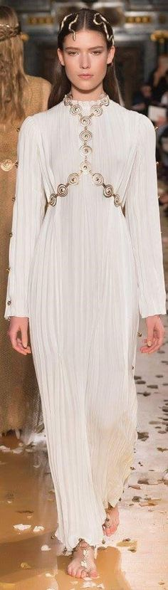 Valentino s/s 2016 Couture Fashion, Runway Fashion, High Fashion, Womens Fashion, Fashion Trends, Fashion 2016, Valentino Couture, Valentino Garavani, Italian Fashion Designers