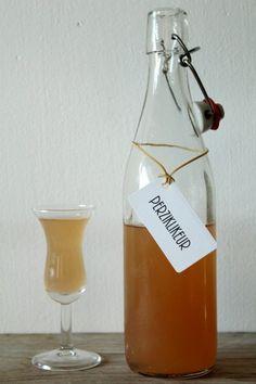 Benodigdheden voor ± 0,7L perziklikeur: * 7 rijpe perziken * ± 500 ml wodka (iig genoeg om alles onder te zetten) * weckpot met 1L inhoud * suikersiroop