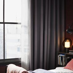 Draperiile HILLEBORG nu lasă lumina și căldura să pătrundă în cameră, așa că poți să dormi liniștit. Nu numai că sunt bune pentru un somn odihnitor, dar sunt prietenoase și cu mediul înconjurător, fiind create din PET-uri reciclate. Ikea, Curtains, Bedroom, Modern, House, Home Decor, Insulated Curtains, Room, Homemade Home Decor