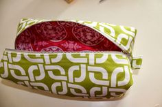 kelbysews - Boxy bag tutorial with METAL zippers…yay! This tutorial has exposed seams but they are finished nicely. Bag Pattern Free, Pouch Pattern, Diy Pouch Tutorial, Makeup Bag Pattern, Diy Makeup Bag, Fabric Bags, Fabric Basket, Zipper Bags, Zipper Pouch