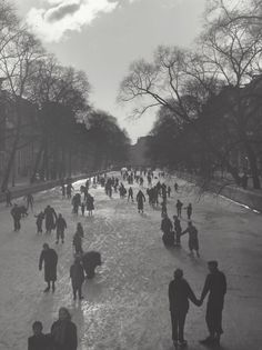 1948-1953. Skaters on the Keizersgracht in Amsterdam. Photo: Kees Scherer. #amsterdam #1950 #Keizersgracht