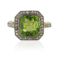 Bague ancienne péridot et diamants. Bague Art déco splendide composée d'un péridot d'un vert citron vif de taille émeraude rehaussé de diamants taille rose.