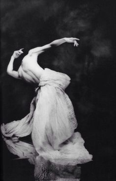 Hiroshi Nonami, Japan born photographer At the age of 20 he graduated from the Osaka Photography Academy and shortly after found Studio No-ah. Contemporary Dance, Modern Dance, Dance Movement, Body Movement, Dance Photography, Photography Women, Clothing Photography, Stunning Photography, Pose Reference