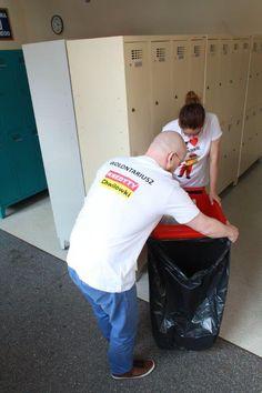 Wolontariusze z KREDYTY-Chwilówki sp. z o.o. podczas akcji zbierania plastikowych nakrętek #kredytychwilówki #wolontariat #csr #charytatywnie #chwilówki #pożyczki #kredyty