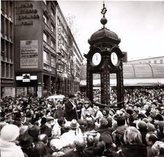 Hannover, Kröpcke, 17. Dezember 1977: Die feierliche Übergabe der neuen, dem Original nachgestalteten, Kröpcke-Uhr wurde für die Hannoveraner zu einem Volksfest. Der Festredner in der Mitte ist übrigens OB Herbert Schmalsteig | Quelle: Wilhelm Hauschild