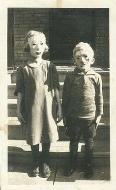 halloween vintage- when halloween used to be scary. Or certainly creepy. Coastumes Halloween Effrayants, Vintage Halloween Photos, Creepy Halloween Costumes, Halloween Pictures, Creepy Masks, Homemade Halloween, Terrifying Halloween, Halloween Decorations, Halloween Poster