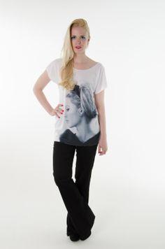 Calça flare, Camiseta Brigitte Bardot.
