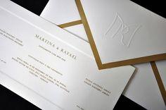 Convite de casamento, forro dourado, envelope aba de bico, texto em relevo ouro, moldura almofada, monograma do casal em relevo seco na aba do envelope.