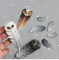 Polymer Clay Owl Feathers - very detailed Polymer Clay Kunst, Polymer Clay Animals, Cute Polymer Clay, Cute Clay, Fimo Clay, Polymer Clay Projects, Polymer Clay Charms, Polymer Clay Creations, Clay Crafts
