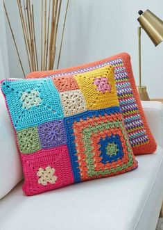 Crochet Cushion: Step by Step + 38 Photos Point Granny Au Crochet, Crochet Granny Square Afghan, Crochet Squares, Crochet Blocks, Crochet Cushion Cover, Crochet Cushions, Crochet Pillow, Blanket Crochet, Granny Square Projects