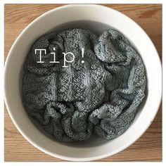"""strikket karklude/håndklæder i 100% bomuld ligges først i koldt vand et døgns tid til alle fibrene har suget vand til sig og er """"mættede"""". Bagefter skolder jeg med kogende vand, til sidst vasker jeg ved 60 grader og tumbler. Efter sådan en omgang har de maks sugeevne , er bløde og fyldige og forandrer sig ikke yderligere i vask. Her ligger et Blomsterhåndklæde i det kolde """"bad"""" allerede efter et par timer står mønsteret endnu skarpere og fibrene har åbnet sig til flot ensartet tæthed."""