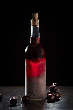 Snaps med kirsebær - Opskrift Brøndums kryddersnaps Cocktail Ingredients, Fat Burning Detox Drinks, Spiritus, Slushies, Home Brewing, Alcoholic Drinks, Drinks Alcohol, Beverages, Whiskey Bottle