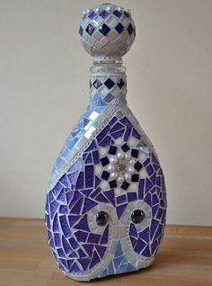 Mosaic Bottles, Mosaic Vase, Mosaic Diy, Mosaic Crafts, Mosaic Projects, Wine Bottle Art, Glass Bottle Crafts, Glass Bottles, Wine Bottles