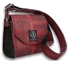 """Die kleine Handtasche """"Wilhelmina"""" ist aus original gebrauchtem Feuerwehrschlauch gefertigt, beherbergt das Nötigste, was Frau zum Ausgehen bei sich tragen muß, hat einen verstellbaren Trageriemen und einen dezent-eleganten Magnetverschluß. Maße: 12,5cm x 12cm x 8cm Alle unsere Produkte sind in Deutschland handgefertigt. Besonderes Merkmal: So elegant wie eine Punk Rock - Ms. Murray ist UNSERE Wilhelmina allemal!"""