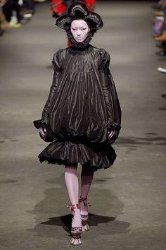 Alexander McQueen Fall 2006 Menswear Fashion Show Collection Couture Fashion, Runway Fashion, Alexander Mcqueen 2018, Conceptual Fashion, Balloon Dress, 2000s Fashion, Crazy Fashion, Costume Institute, Fashion Seasons