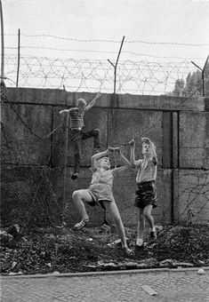 "Thomas Hoepker: Kinder spielen an der Berliner Mauer, Wedding, Bernauer Straße, Jahre "" Thomas Hoepker West-Berlin, Germany. Children playing at the Berlin Wall. West Berlin, Berlin Wall, Ddr Brd, Berlin Wedding, Berlin Hauptstadt, Ddr Museum, Child Smile, East Germany, Berlin Germany"
