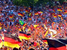 Wem die Bilder allein nicht genügen, für den haben wir in unserem Artikel 'Die Top 10 Public Viewing Locations in Berlin' alle wichtigen Informationen rund ums Public Viewing in der Hauptstadt zusammengetragen.