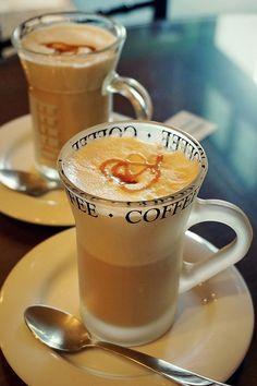 Expresso coffee, caramel cappuccino и coffee drinks. Coffee Latte Art, I Love Coffee, Coffee Cafe, Best Coffee, Coffee Break, My Coffee, Coffee Drinks, Morning Coffee, Coffee Mugs