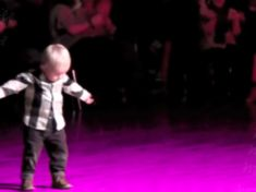 Toddler's Adorable Elvis Impersonation Would Make The King Proud Funny Gifs, Hilarious, Music Songs, Music Videos, Toddler Dance, Mommy Humor, Kids Singing, Pine Mountain, How To Do Splits
