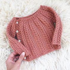 So sweet. The sweetest little wool sweater in Chickadee Clay regrammed from Chri. häkeln , So sweet. The sweetest little wool sweater in Chickadee Clay regrammed from Chri. So süß. Der süßeste kleine Wollpullover in Chickadee Clay von Chri. Cardigan Bebe, Crochet Baby Cardigan, Knit Baby Sweaters, Knit Cardigan Pattern, Wool Sweaters, Knit Crochet, Crochet Pattern, Free Pattern, Crochet Hats