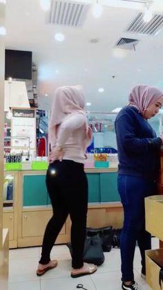Arab Girls Hijab, Girl Hijab, Muslim Girls, Beautiful Hijab Girl, Beautiful Asian Women, Amazing Women, Yoga Pants Girls, Girls Jeans, Hijab Jeans