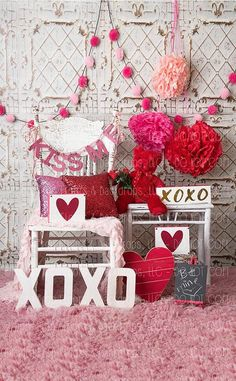 Shabby Chic Vintage Fotografie Hintergrund Valentinstag Zinn Fliese w Pom Poms Stuhl & Puffs Kissen Kiss Me Vinyl Poly Papier Fleece Funny Valentine, Valentines Photo Booth, Roses Valentine, Valentine Backdrop, Valentine Mini Session, Valentine Picture, Valentines Day Decorations, Valentines Diy, Valentines Bricolage