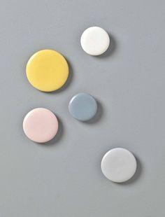 5pastilles coloréespour supporter les petits vêtements ou apporter une touche de fantaisie aumur de la chambre. Détails2 patères de 8 cm, 2 patères de 10 cm et 1 patère de 12 cm. Systèmede fixation au dos.MatièreCéramique peinte;