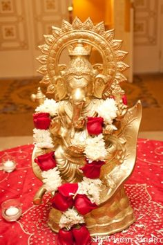 8-indian-wedding-gold-ganesha-statue-red-white-roses