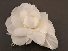 """Broche Camelia """"Chanel"""" blanca, flor de seda natural, elaborada artesanalmente, cada pétalo es cortado a mano, pintado, moldeado en caliente uno a uno. Chanel, Rose, Natural, Flowers, Plants, Silk Flowers, Pink, Plant, Roses"""