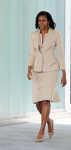 First Lady Michelle Obama looks chic in a creme colored suit Michelle E Barack Obama, Barack Obama Family, Michelle Obama Fashion, Malia Obama, Professional Attire, Professional Women, Business Professional, Office Looks, American First Ladies