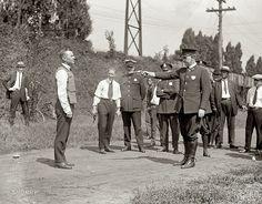 Probando el primer chaleco antibalas (Washington DC, 1923)    La fotografía muestra a W.H. Murphy siendo disparado con un revólver por Charles W. Smith para probar el recién inventado chaleco antibalas frente a varios funcionarios y policías, el 13 de septiembre de 1923.