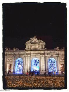 Vista completa de la Puerta de Alcalá engalanada para las fiestas navideñas. Puerta de Alcalá Christmas lights