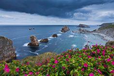 """La Playa de la Arnía es una de las playas más impactantes de la conocida como """"Costa Quebrada"""", el tramo de litoral cantábrico que va desde Piélagos a Santa Cruz de Bezana. Se encuentra situada en la localidad de Liencres, dentro del término municipal de Piélagos (Santander), en una zona cercana a las dos ciudades más pobladas de Cantabria: Santander y Torrelavega."""