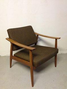 Denne stolen ble designet av Kaare Klint i 1933 og har vært produsert uforandret siden den gang. Produseres fremdeles av Rud Rasmussen.  / FINN.no 2 800,-